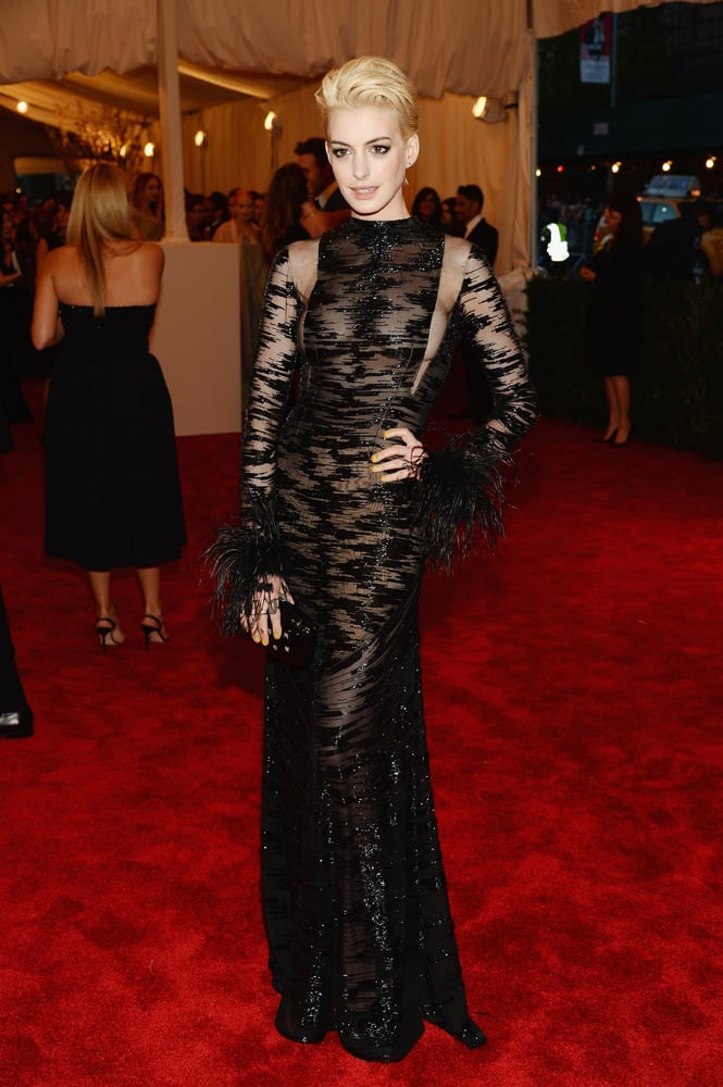 blond Anne Hathaway v šatech Valentino