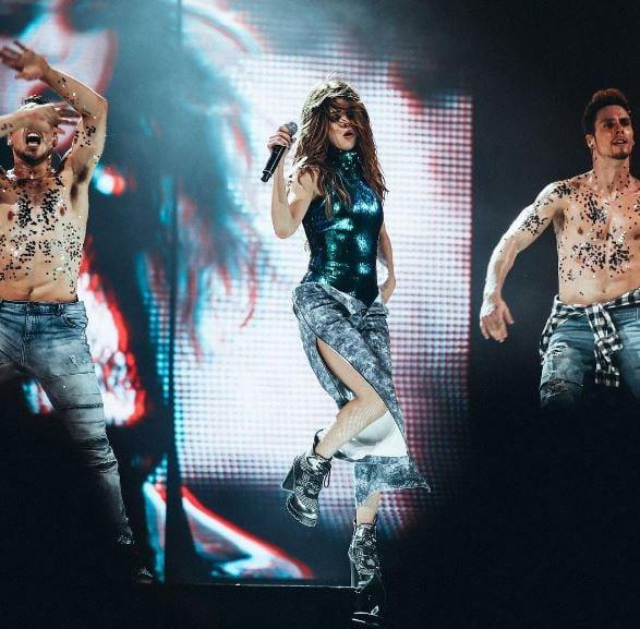 Selena Gomez a její stylové REVIVAL tour outfity 1